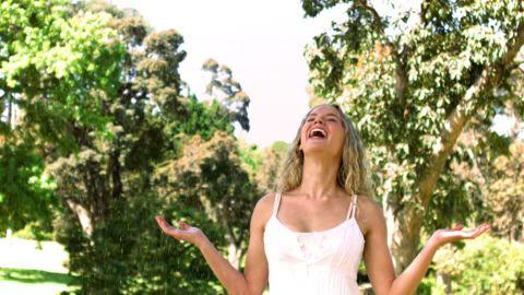 rire femme nature légèreté.jpg