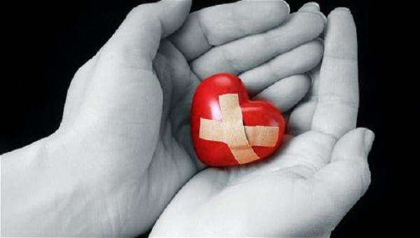 coeur souffrance mains
